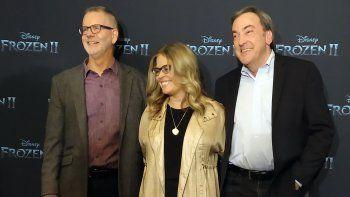 """El director Chris Buck, izquierda, la directora Jennifer Lee, centro, y el productor Peter Del Vecho, posan durante una conferencia de prensa para promover la película """"Frozen II"""" en la Ciudad de México el lunes 4 de noviembre de 2019."""
