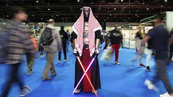 Un hombre disfrazado como una creación de Star Wars asiste a la Comic Con del Medio Oriente en Dubái, Emiratos Árabes Unidos, el jueves cinco de marzo del 2020.