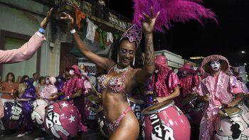 En esta foto de archivo tomada el 14 de febrero de 2020, percusionistas y bailarines que forman parte de un desfile tradicional en Montevideo durante las Llamadas, una de los eventos que conforman el carnaval de Uruguay, el más largo del mundo.