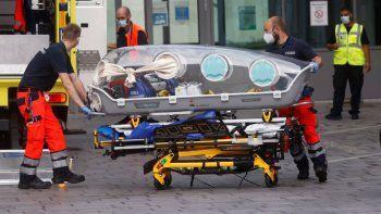 Personal médicode ambulancia en la que fue traslado el líder opositor ruso Alexei Navalni, desde Rusia a un hospital en Alemania para ser atendido tras ser envenenado.