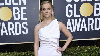 Reese Witherspoon llega a la 77 entrega anual de los Globos de Oro bajo un estilismo de Petra Flannery. En marzo de 2020, la actriz compró una mansión en la ciudad de Brentwood, en California.