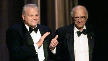 En esta foto del 6 de junio de 1999, el actor Brian Dennehy, a la izquierda, aplaude al dramaturgo Arthur Miller antes de entregarle el premio a la trayectoria durante la ceremonia de los premios Tony en Nueva York.
