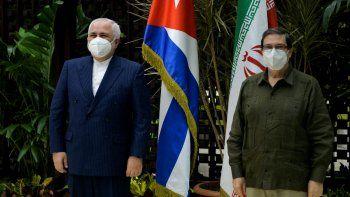 El ministro de Relaciones Exteriores de Cuba, Bruno Rodríguez (der.) y su homólogo iraní, Javad Zarif, posan antes de una reunión en La Habana, el 6 de noviembre de 2020.