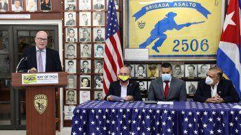 Habla Orlando Gutiérrez-Boronat, directivo de la Asamblea de la Resistencia Cubana. En la mesa, los activistas Fabio Andrade, Manuel Prado y Ernesto Ackerman, de Colombia, Nicaragua y Venezuela, respectivamente.