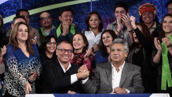 LenínMoreno(d), declarado oficialamente presidente de Ecuador, estrecha la mano de su compañero de fórmula Jorge Glas (i), este martes 4 de abril de 2017, en la sede de campaña electoral en Quito.