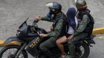Según la ONG Foro Penal Venezolano, en el contexto de las  protestas se detuvo a 5.341 personas, de las cuales se  juzgó a 822 y a 726 de ellas -que eran civiles- se les sometió a  jurisdicción militar y se les acusó de delitos militares por  manifestarse contra el régimen.