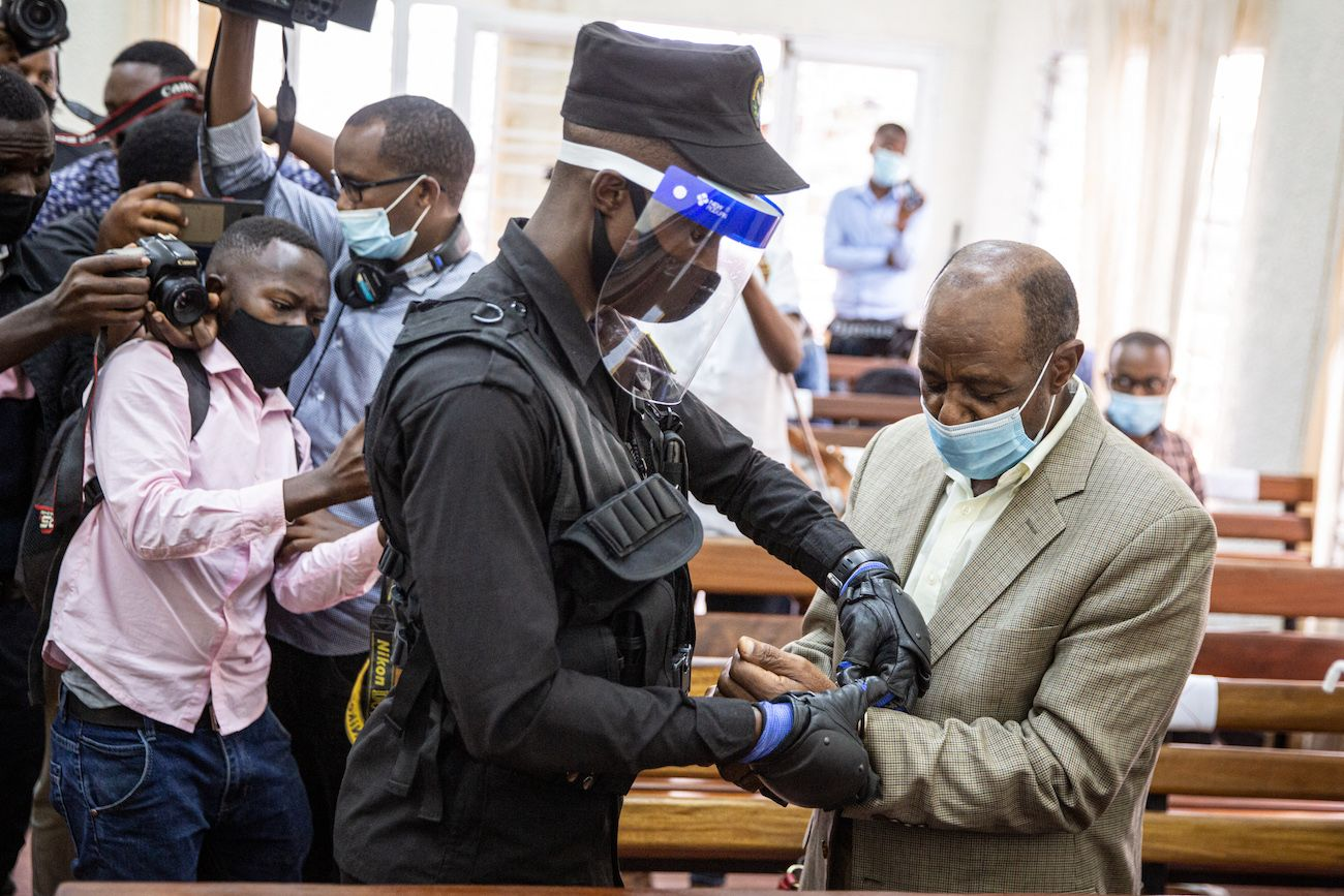 En esta foto de archivo tomada el 14 de septiembre de 2020, el héroe del Hotel Rwanda, Paul Rusesabagina (derecha), es esposado por un oficial de policía después de su sesión de la corte preliminar en el tribunal primario de Kicukiro en Kigali, Ruanda. Paul Rusesabagina, el héroe del Hotel Rwanda que se convirtió en un feroz crítico del gobierno, fue declarado culpable el 20 de septiembre de 2021 por cargos de terrorismo después de lo que sus partidarios dicen que fue un juicio por motivos políticos.
