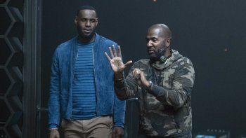 En esta imagen difundida por Warner Bros. Entertainment, LeBron James, a la izquierda, con el director Malcolm D. Lee en el set de Space Jam: A New Legacy. Algunos directores han compartido su experiencia al momento de grabar sus películas.