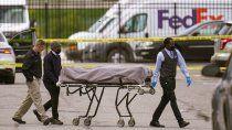 Un cadáver es sacado del sitio donde varias personas fueron baleadas fatalmente en una instalación de FedEx Ground cerca del aeropuerto de Indianápolis, el viernes 16 de abril de 2021.