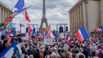 Miles de manifestantes se reúnen en la Plaza del Trocadero, cerca de la Torre Eiffel, para oponerse a la vacunación obligatoria y otras medidas contra el COVID-19, en París.