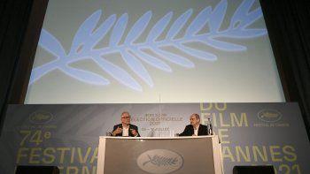 El delegado general del festival de cine de Cannes, Thierry Fremaux (izquierda), y el director francés del festival, Pierre Lescure, asisten a una conferencia de prensa en París, el 3 de junio de 2021, para anunciar la sección oficial del 74 Festival de Cine de Cannes. que se celebrará a partir de julio. 6 hasta el 17 de julio de 2021.