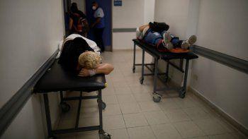 Pacientes yacen en camillas en un pasillo del área de emergencias del hospital Dr. Norberto Raúl Piacentini, en Lomas de Zamora, Argentina, el viernes 23 de abril de 2021, en medio de un rebrote del coronavirus