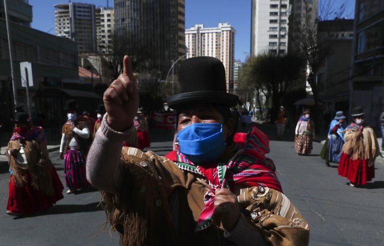 Indígenas aymara marchan contra la implementación del gobierno de clases virtuales en el país como medidas de precaución contra el nuevo coronavirus en La Paz