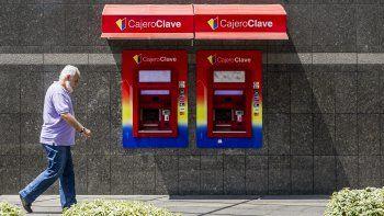 Dos oficinas del estatal Banco deVenezuelaubicadas en el este de Caracas detuvo la retirada de dinero, debido a la falta de metálico, según dijeron empleados de estas entidades sin ofrecer mayores detalles.