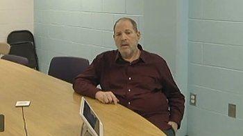 En esta imagen tomada de un videl de la corte el 30 de abril de 2021, Harvey Weinstein asiste a una audiencia virtual desde el Centro Correccional de Wende, una prisión de máxima seguridad cerca de Buffalo, Nueva York.