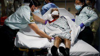 Personal de emergencias médicas transportando a un paciente de un albergue de ancianos a una sala de emergencias en el hospital St. Josephs en Yonkers, Nueva York.Fotografía de archivo del 20 de abril de 2020.