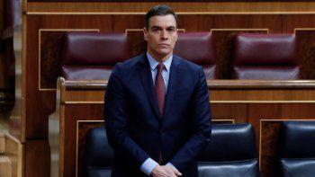 El presidente de gobierno español Pedro Sánchez hace un minuto de silencio en memoria de las víctimas del coronavirus en el Parlamento en Madrid el 6 de mayo del 2020.