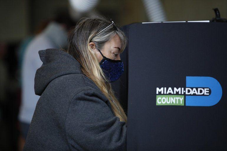 Una mujer acude a votar el día de las elecciones presidenciales de EEUU el martes 3 de noviembre de 2020 en la Estación de Bomberos Indian Creek en Miami Beach